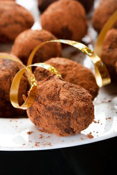 Deliciosas trufas de chocolate semi amargo con un toque de crema batida y cubiertas con cacao.