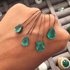 E o bonjour do dia chega com estas verdinhas cristalinas desejo; gotas à esquerda ; 10 x R$498,00 cada; no centro Esmeralda corte esmeralda 10 x R$990,00 e à direita ; gota tamanho papai 10 x R$798,00!  Tudo isso no #WonderRoom ; só HOJE no HOTEL FASANO SP! Aguardamos vocês!!