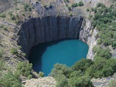 Am 26. Januar 1905 wurde in Südafrika dann mit über 3.100 Karat der bisher größte Diamant der Welt nur neun Meter unter der Erdoberfläche entdeckt. Die Mine, in der dieser sogenannte Cullinan-Diamant gefunden wurde ist noch heute dort in Betrieb. Dort werden täglich Untertage-Führungen für Besucher angeboten.