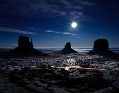 Moonlight in Monument Valley ( Arizona, USA); by Dominique Palombieri ck, an amazing place, go when it is cool! Monument Valley, Arizona Usa, Utah Usa, Places To See, Nature Photography, Photography Tips, Travel Photography, Beautiful Places, Amazing Places