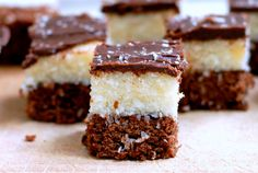 Coconut chocolate squares How about a snack break? Treat yourself with these delicious coconut-filled bites topped with chocolate icing! Announcement These little chocolate and coconut bites will be a real treat to taste! After the chocolate flan… Chocolate Flan, Chocolate Squares, Chocolate Recipes, Coconut Chocolate, Oven Inspiration, No Bake Desserts, Dessert Recipes, Honey Carrots, Romanian Desserts