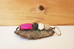 """Zeit, zum """"Danke"""" sagen.  Schlüsselanhänger mit Filzkugeln in beige und anthrazit, Holzperlen in geometrischer Form in pink und naturfarben und einer Holzlinsen in goldfarben. Die pinke geometrische Holzperle wurde von mir mit """"Danke"""" bestempelt (auf der Vorder- und Rückseite). Die Perlen wurden aufgefädelt auf eine schwarze Kordel. Dieser Schlüsselanhänger hat eine Länge von ca. 11 cm."""