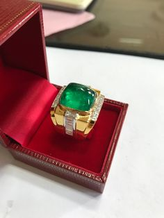 Emerald cabochon set in gold with ice. Gems Jewelry, Crystal Jewelry, Diamond Jewelry, Jewelery, Mens Gold Rings, Rings For Men, Colombian Emerald Ring, Canary Diamond, Beautiful Rings