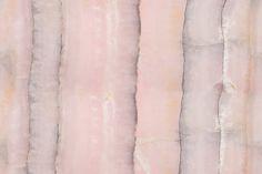 Agat är en av få ädelstenar som går att finna över hela jorden. Den är uppbyggd i parallella lager som genererar oefterhärmligt vackra och intagande färgskiftningar. I tillägg sägs den ha sällsynt positiv inverkan på sin omgivning. Goda vibbar kommer naturligt i denna puderrosa, lila-grå och stundvis skimrande aprikosa tapet.