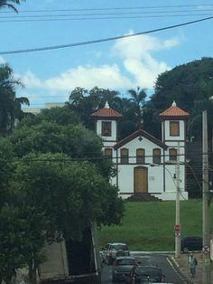 Da janela lateral do quarto de dormir; vejo uma igreja um sinal de gloria...