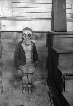 Creepy sinister picture of child wearing halloween mask. Old and vintage image Retro Halloween, Photo Halloween, Halloween Fotos, Vintage Halloween Photos, Creepy Halloween, Halloween Pictures, Halloween Costumes, Creepy Costumes, Halloween Party