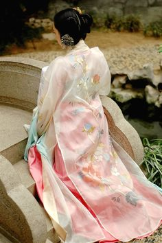 changan-moon:  Traditional Chinese clothes, hanfu, in Tang dynasty style. Photos by 清辉阁 Qinghuige. This type is ruqun(襦裙), see hanfu types.