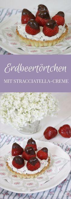Mit diesem Erdbeertörtchen Rezept seid ihr der Star auf jeder Gartenparty. Die Erdbeertartelettes werden mit einer Mascarpone-Creme gefüllt und mit Schoko-Erdbeeren garniert. Wer es sich einfach machen möchte, kann auch fertige Tarteletteböden kaufen und diese mit Stracciatella-Creme füllen. Das perfekte Sommerrezept.