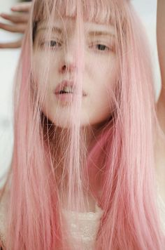 Dye your hair simple & easy to pink hair color - temporarily use pink hair dye to achieve brilliant results! DIY your hair pink with crazy pink hair chalk Long Pink Hair, Pastel Pink Hair, Pale Pink, Peach Hair, Purple Hair, Neon Hair, Rose Hair, Inspo Cheveux, Pelo Multicolor