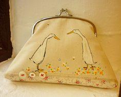 Pantalla impresa y mano pintada monedero o pequeño embrague... Los patos y las flores