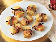 La Cucina Italiana 'dan Nefis '' Dana Bacon ve Pırasaya Sarılı Patates '' Tarifi...    Patateslerin kabuğunu soyun. Dikdörtgen şekli vermek için kenarlarını düzeltin. Patateslerden 5 mm kalınlığında 36 dilim kesin. 1 çorba kaşığı dolusu sirkeyle tatlandırılmış kaynayan tuzlu suda patates dilimlerini 12 dakika haşlayın. Süzdükten sonra soğumaya bırakın. Pırasanın yapraklarını ayırıp yıkayın. 1 çorba kaşığı zeytinyağıyla…