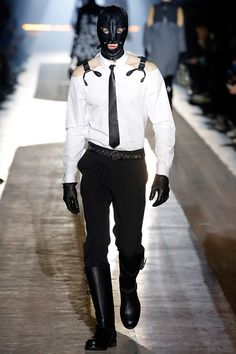 The complete Moschino Fall 2018 Menswear fashion show now on Vogue Runway. Mens Fashion 2018, Preppy Mens Fashion, Mens Boots Fashion, Fashion Week, Leather Fashion, Latest Fashion Trends, Runway Fashion, Fashion Show, Fashion Outfits