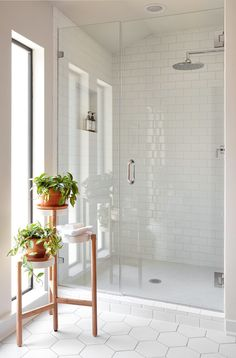 40 Modern Bathroom Tile Designs and Trends 40 moderne Badezimmerfliesen Designs und Trends Modern White Bathroom, Modern Bathroom Design, Bathroom Interior Design, Bathroom Grey, Bath Design, Bathroom Ideas White, Bathroom Mirrors, Bathroom Small, Minimal Bathroom