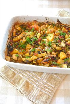 Griekse groentenschotel || oven || aardappel, courgette, lente-ui, tomatenblokjes, knoflook, doperwten, verse dille, olijfolie, peper en zout