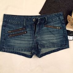 "American Eagle Sz 6 Denim Short Shorts With Zips Like new but better because they're worn and washed so they're more comfortable!  100% cotton American Eagle blue denim short shorts with two real flat pockets in back and two real zip pockets in front (with 3 zippers).  Belt loops. Approx measurements: waist 32"" (sits below natural waist); rise 8""; inseam 2"".  Super nice shorts! American Eagle Shorts Jean Shorts"