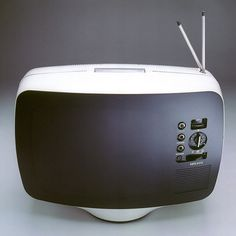 The first portable TV set – Téléavia PA 573 designed by Roger Tallon. I can't believe that this design still looks just as current and cutting edge now, on! Radios, Vintage Television, Television Set, Apple Television, Tv Set Design, Modern Design, Modern Tv, Roger Tallon, Le Manoosh