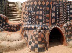 Tiébélé (Burkina Faso). Chaque année, les femmes de l'éthnie Gourounsie décorent les maisons avec des motifs symboliques pour protéger les maisons (dans la tradition animiste).