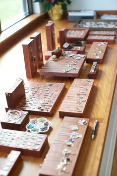 Sieraden Presenteren Op Een Plateau this looks so clean,nice organization,could paint wood all white or gray as well or  let the wood grain work its magic