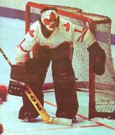 Calgary Cowboys 1975 to Red & white with Stetson hat logo. Formerly the Philadelphia Blazers / Vancouver Blazers to Stars Hockey, Women's Hockey, Hockey Logos, Hockey Players, Hockey Stuff, Nhl, Bernie Parent, Hockey Rules, Goalie Mask