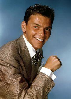 Frank Sinatra (Hoboken, 12 de diciembre de 1915 - Los Ángeles, 14 de mayo de 1998) En 1939 contrajo matrimonio con Nancy Barbato, con la que tuvo tres hijos, su famosa hija Nancy Sinatra (cantante de pop con la ayuda de Lee Hazlewood), el futuro actor Frank Sinatra Jr., y su hija menor Christina.