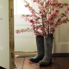 Old rubber boots are a gorgeous way to show off your beautiful spring trimmings, especially when they are in bloom. Lovely!!
