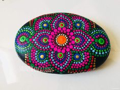 Puntillismo Stone Art Painting, Dot Art Painting, Mandala Painting, Pebble Painting, Pebble Art, Mandala Art, Mandala Painted Rocks, Mandala Rocks, Rock Painting Patterns