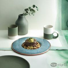 말간 연두에서 푸릇한 기운이 스며든 초록까지, 색이 선연하게 오른 봄나물과 채소로 차린 요리가 봄날의 미각을 자극한다. 눈과 입을 산뜻하게 채우는 식탁 위 그린 빛깔 서정. 시나브로 봄이 번진다. Ceramic Shop, Ceramic Design, Ceramic Plates, Ceramic Pottery, Ceramic Art, Recipe Sites, Cup Design, Portion Control, Contemporary Ceramics