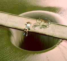 This photo shows the Monticello Dam in in Napa Valley, California. Just looking at it gives me the creeps in a big way. For more photos of the Monticello Dam, visit this page. 3d Street Art, Amazing Street Art, Street Art Graffiti, Amazing Art, Awesome, Amazing Photos, Banksy, Pavement Art, Sidewalk Art