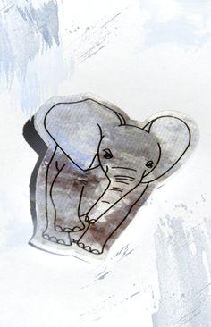 """Diese selbst gezeichnete Brosche verzaubert alle Tierliebhaber. Die Brosche besteht komplett aus Papier und wird mit einer Anstecknadel befestigt. Mehrere Papierschichten machen die Brosche stabil. Keine Angst, der Elefant kann also nicht """"geknickt"""" oder """"gefaltet"""" werden! Ein hautfreundlicher Lack schützt die Oberfläche der Brosche rundherum."""