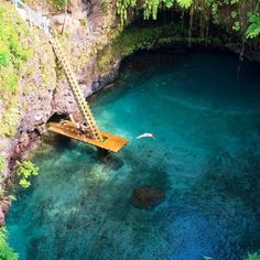Suspended diving platform in Samoa, this is soo gorgeous!