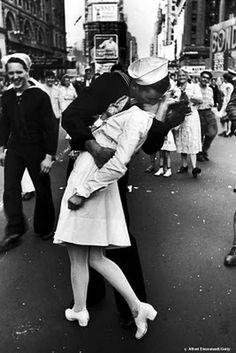 A enfermeira da famosa fotografia se chama Edith Shain, a imagem de Alfred Eisenstaedt que ganhou notoriedade após a publicação na revista Life é um ícone do fim da Segunda Guerra e foi captada em 14 de agosto de 1945 na Times Square, em Nova York.