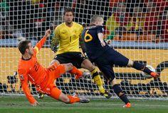 Andres Iniesta justo en el momento en que dispara a la porteria de Van Der Sar en la final de la copa del mundo Sudafrica 2010 , con este gol España  se corono campeon del mundo por primera vez en su historia