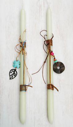 lb4031 {12,90 €/τεμ.} χειροποίητες λαμπάδες με συνθ. σουέντ και έτοιμο μακρύ κολιέ με ξύλινα και κεραμικά στοιχεία δεμένο πάνω τους