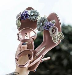 """Esta é minha foto @ viral_style de sophia webster - Schmuck - Hot Shoes, Me Too Shoes, Shoes Heels, Pretty Shoes, Beautiful Shoes, Beautiful Beach, Bridal Shoes, Wedding Shoes, Girls Shoes"