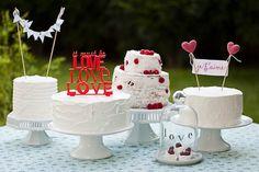 Mesa de doces com vários bolos de Casamento diferentes. Bolos brancos e detalhes azul e vermelho. - Soul Sweet