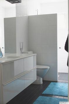 valkoiset kalusteet,kylpyhuoneen laatat,valkoinen seinä,remontti,kylpyhuone