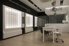The glasses are the protagonists exhibited in well illuminated furniture spaces that enhance their characteristics. The workshop, that can be seen from the public area, transmits the customers confidence and knowhow by showing the professional and healthcare zones.