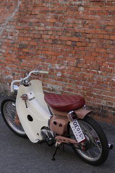 ほどよい ゆったり感がいい。 custom Honda Cub with maroon quilted seat