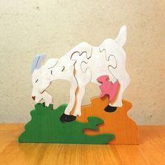 Puzzle en bois chèvre  qui broute de couleur blanche