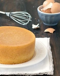 Pan di Spagna (Italian sponge cake)- make it from scratch with only 3 ingredients: flour, sugar, and eggs. In the traditional recipe there is no baking powder, butter, or oil! This is the best sponge cake recipe ever! Italian Sponge Cake, Italian Cake, Bolo Chiffon, Cupcake Cakes, Cupcakes, Sponge Cake Recipes, Gateaux Cake, Kaja, Tandoori