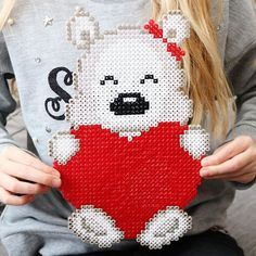 Alla hjärtansdag pärlplatta 🐻❤️🐻 Mönster på bloggen idag 😄 #diysweden #allahjärtansdag #pärlplatta #nallepärlplatta #valentinesday #pyssel #hamabeads #rörpärlor #nabbibeads Pearler Beads, Fuse Beads, Hama Beads Patterns, Beading Patterns, Kawaii Diy, Fabric Bracelets, Beaded Cross, Beaded Animals, Cross Stitching