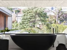 Grands volumes et plafond béton - A part ça ... Indoor Outdoor Bathroom, Banquette, Clawfoot Bathtub, House Design, Architecture, Glass, Volumes, Villa, Hot