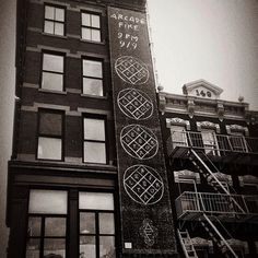 ¿Qué trama Arcade Fire el 9/9 a las 9?  En las calles de Manhattan ha aparecido un misterioso mural de la banda vinculado con Reflektor, un enigmático logotipo y posible título de su nuevo disco. Mientras tanto a disfrutar con todos su trabajos anteriores http://kort.es/ulpYB  Consigue Spotify Premium por 4,99   http://kort.es/ulpYJ