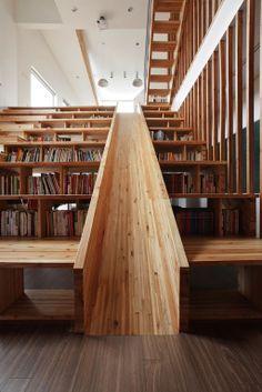 韓國首爾的月亮建築事務所Moon Hoon,打造一間全景居家空間,注重孩童的成長環境與教育,在居家建築空間的中心區,設計一處擁有一層樓高的木質溜滑梯書櫃!下樓想省時間還可以不走樓梯,咻~直接溜下去!  http://ldope.com/news/design/build/panorama-house-by-moon-hoon/