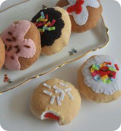 הבלוג של מקופלת: פסטיבלוג חנוכה I'm not sure of the Hebrew, but this says Chanukah 'sufganyot'- donuts, to me