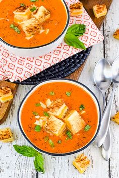 Creamy Tomato Soup - easy tomato soup and grilled cheese croutons makes this the perfect dinner for cold nights. Make this easy recipe and watch everyone devour dinner in a hurry! Quick Tomato Soup, Easy Tomato Soup Recipe, Canned Tomato Soup, Easy Soup Recipes, Dinner Recipes, Homemade Soup, Tomato Soup Grilled Cheese, Hot Soup, Food Dinners