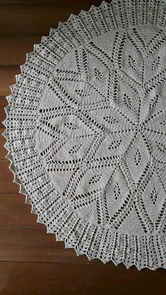 Compre Tapete de crochê no Elo7 por R$ 300,00 | Encontre mais produtos de Tapetes de Barbante e Decoração parcelando em até 12 vezes | Tapete de crochê feito com barbante cru. Medida de 1,25 m. Pode ser usado em quarto de bebê, quarto infantil, sala e qualquer outro ambiente. Fazemos em o..., B4EC94 Filet Crochet, Crochet Doilies, Yarn Bombing, Chrochet, Baby Knitting, Embroidery Designs, Pasta, 1, Crochet Patterns
