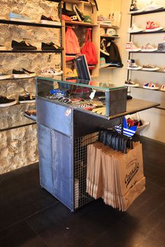 Detalles del mostrador y suelos de hierro, materiales utilizados en Capsule: tienda de sneakers con sabor urbano
