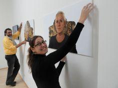 02 Aufbau der Ausstellung ICH SCHAUE DICH AN, Olaf Böhme und Maren Marzilger in gallery sybille nuett Dresden