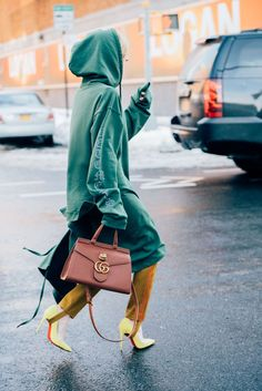 2018 Gucci In-Style Purse Street Look - GG Marmont Collection Street Look, Street Chic, Look Casual, Casual Chic, Chic Outfits, Fashion Outfits, Fashion Trends, Quoi Porter, Winter Looks